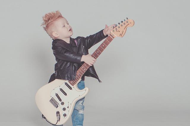 chłopczyk z gitarą