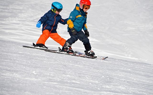 Dzieci jeżdżą na nartach