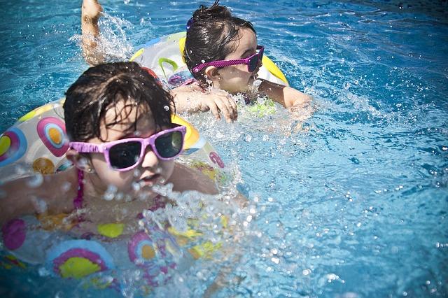 Dzieci pływające w basenie