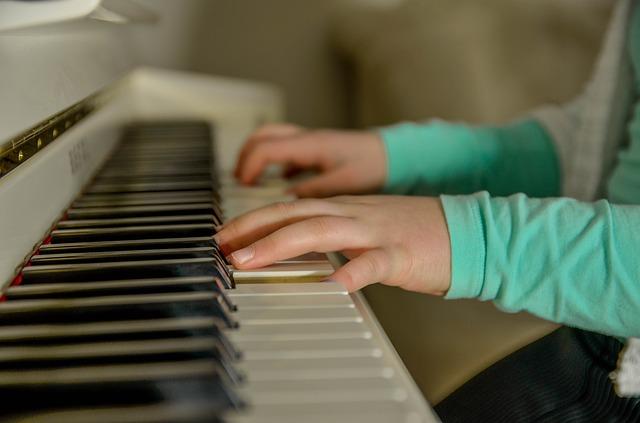 dziecko gra na klawiszach