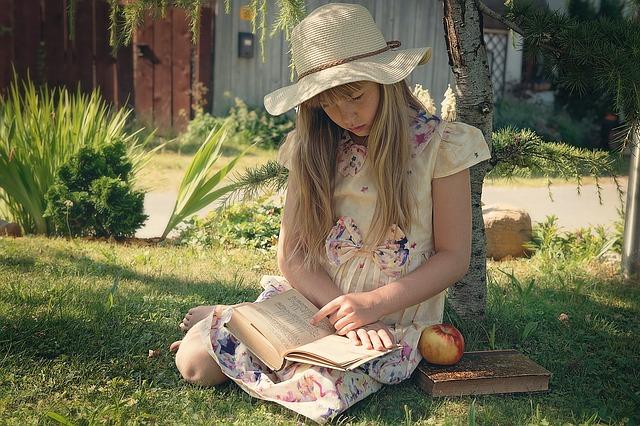 dziewczynka pogrążona w lekturze