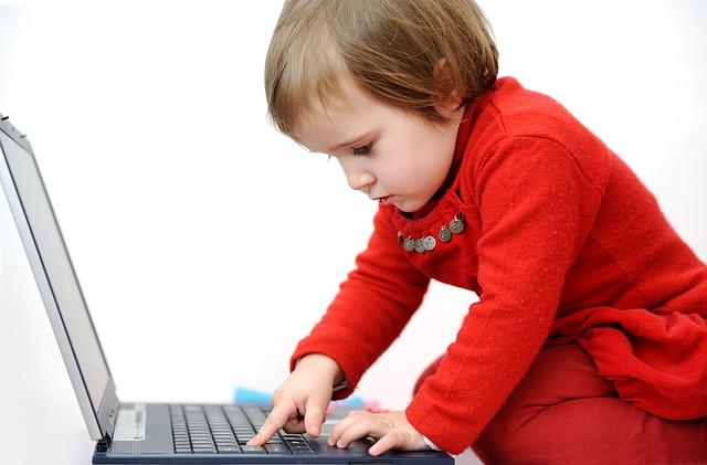 Dziecko z komputerem