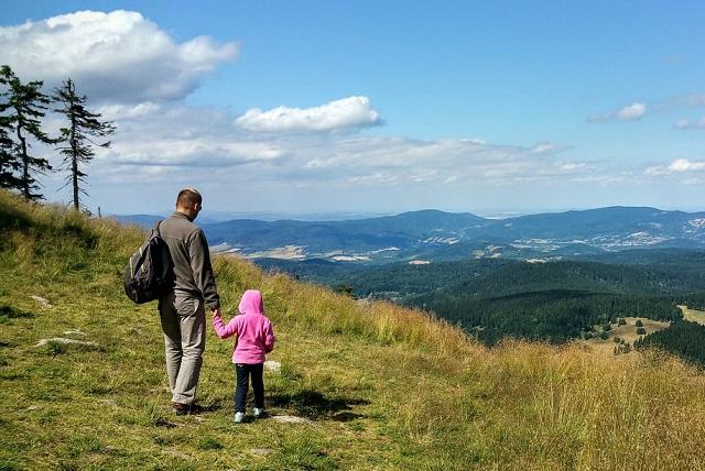 Ojciec i dziecko w górach