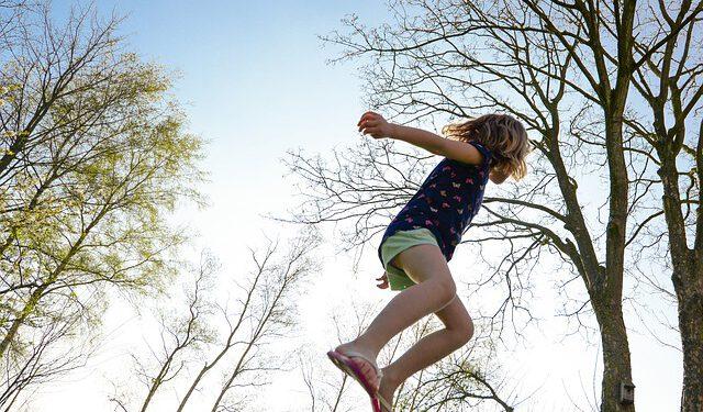 Skacząca dziewczynka