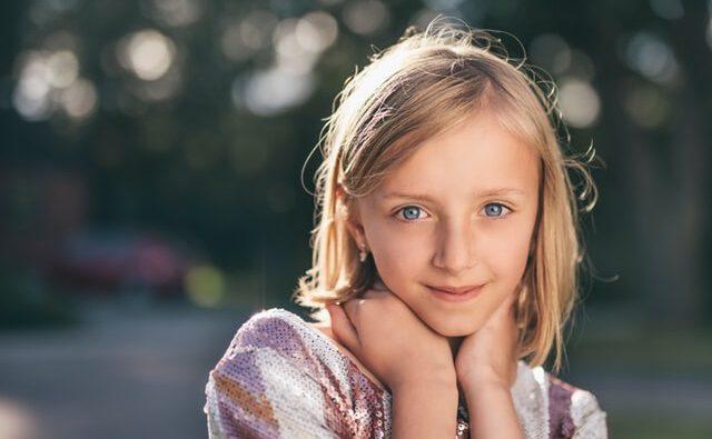 Dziewczynka w wieku szkolnym