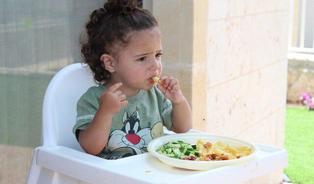 Dziewczynka je zdrowy posiłek