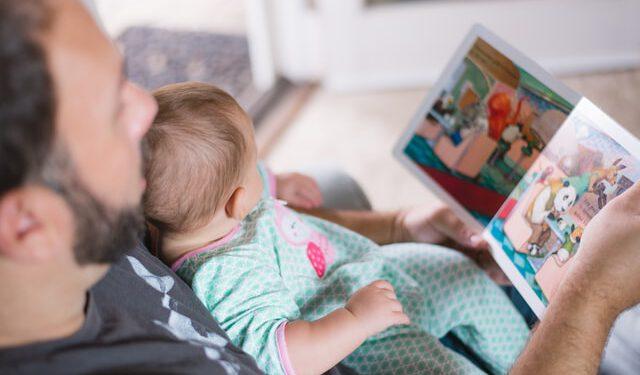 Ojciec czyta dziecku książeczkę