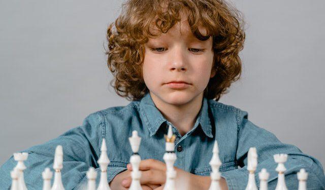 chłopiec gra w szachy