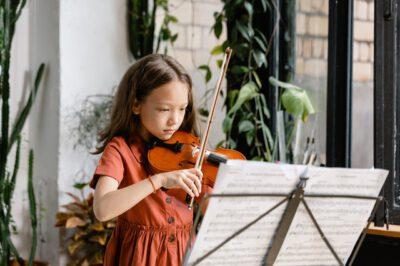 dziewczynka gra na skrzypcach